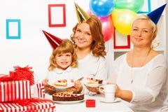 Familia en la fiesta del cumpleaños de la niña Foto de archivo libre de regalías