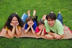 Familia en la hierba Fotografía de archivo