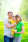 Familia en la hierba fotografía de archivo libre de regalías