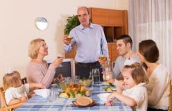 Familia en la mesa de comedor Imágenes de archivo libres de regalías