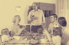Familia en la mesa de comedor Imagen de archivo libre de regalías