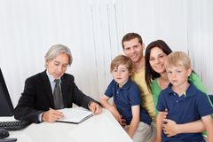 Familia en la oficina del consejero de asunto Fotografía de archivo