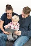 Familia en la PC de la tableta Imagen de archivo libre de regalías