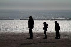 Familia en la playa. Imágenes de archivo libres de regalías