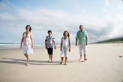 Familia en la playa fotografía de archivo libre de regalías
