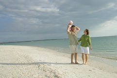 Familia en la playa Fotos de archivo libres de regalías