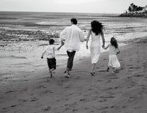 Familia en la playa Imágenes de archivo libres de regalías