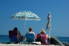 Familia en la playa foto de archivo