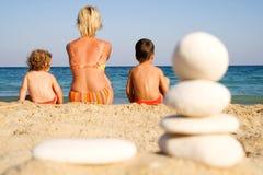Familia en la playa asoleada imagenes de archivo