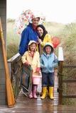 Familia en la playa con el paraguas imagen de archivo libre de regalías