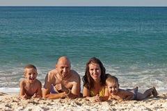 Familia en la playa del mar Imagenes de archivo