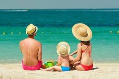 Familia en la playa Niño que juega con la madre y el padre Imagen de archivo libre de regalías
