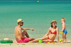 Familia en la playa Niño que juega con la madre y el padre Imagen de archivo