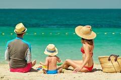 Familia en la playa Niño que juega con la madre y el padre Fotografía de archivo libre de regalías