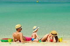 Familia en la playa Niño que juega con la madre y el padre Fotos de archivo
