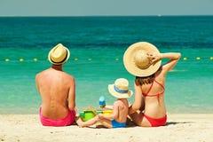 Familia en la playa Niño que juega con la madre y el padre Fotos de archivo libres de regalías