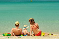 Familia en la playa Niño que juega con la madre y el padre Foto de archivo libre de regalías