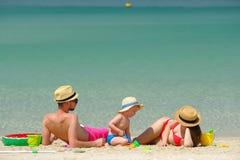 Familia en la playa Niño que juega con la madre y el padre Imagenes de archivo