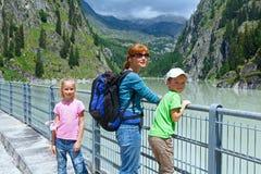 Familia en la presa (Suiza) imagenes de archivo