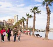 Familia en la 'promenade' en Alicante, España Imagenes de archivo
