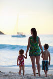 Familia en la puesta del sol Fotos de archivo