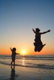 Familia en la puesta del sol Fotos de archivo libres de regalías