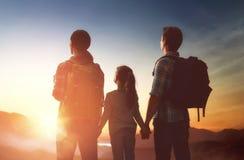 Familia en la puesta del sol Foto de archivo