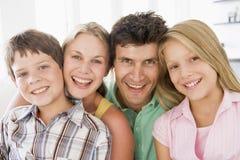 Familia en la sonrisa de la sala de estar imagen de archivo