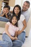 Familia en la sonrisa de la sala de estar fotografía de archivo