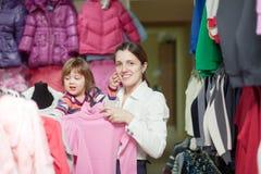 Familia en la tienda de la ropa Imagen de archivo libre de regalías