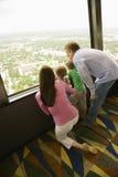 Familia en la ventana. foto de archivo