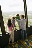Familia en la ventana. Imagen de archivo libre de regalías
