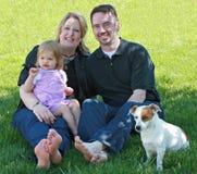 Familia en la yarda Foto de archivo libre de regalías
