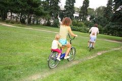 Familia en las bicicletas Imagen de archivo libre de regalías