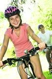 Familia en las bicicletas Imagenes de archivo