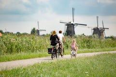 Familia en las bicis en naturaleza fotos de archivo libres de regalías