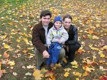 Familia en las hojas de otoño fotografía de archivo libre de regalías