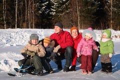 Familia en madera en invierno imagenes de archivo