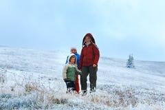 Familia en meseta de la montaña del otoño con la primera nieve Fotos de archivo libres de regalías