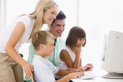 Familia en Ministerio del Interior usando el ordenador Imagen de archivo libre de regalías