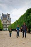 Familia en París fotografía de archivo libre de regalías