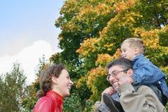 Familia en parque Foto de archivo libre de regalías