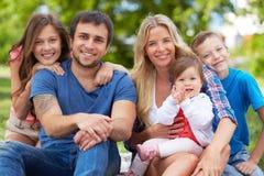 Familia en parque Imagenes de archivo