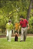 Familia en parque fotografía de archivo libre de regalías