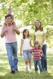 Familia en parque fotografía de archivo