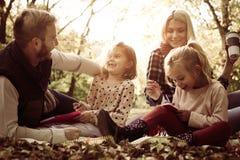 Familia en parque con dos hijas Imagen de archivo