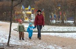 Familia en parque de la ciudad Foto de archivo