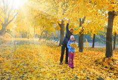 Familia en parque del arce del otoño imagen de archivo