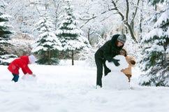 Familia en parque del invierno Fotografía de archivo
