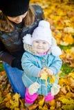 Familia en parque del otoño Imagenes de archivo